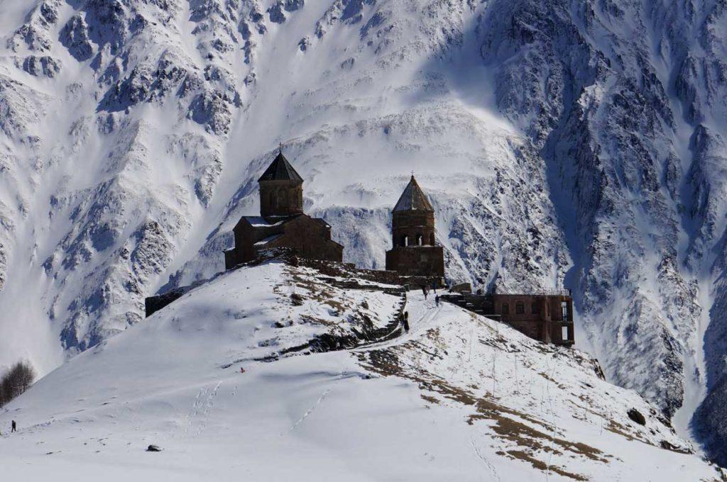 Klasztor Cminda Sameba,w tle zbocza Kazbeku