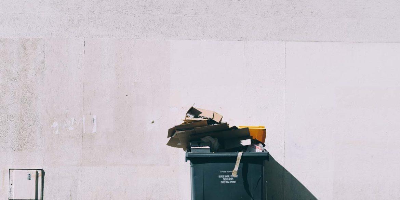 duży kubeł na śmieci