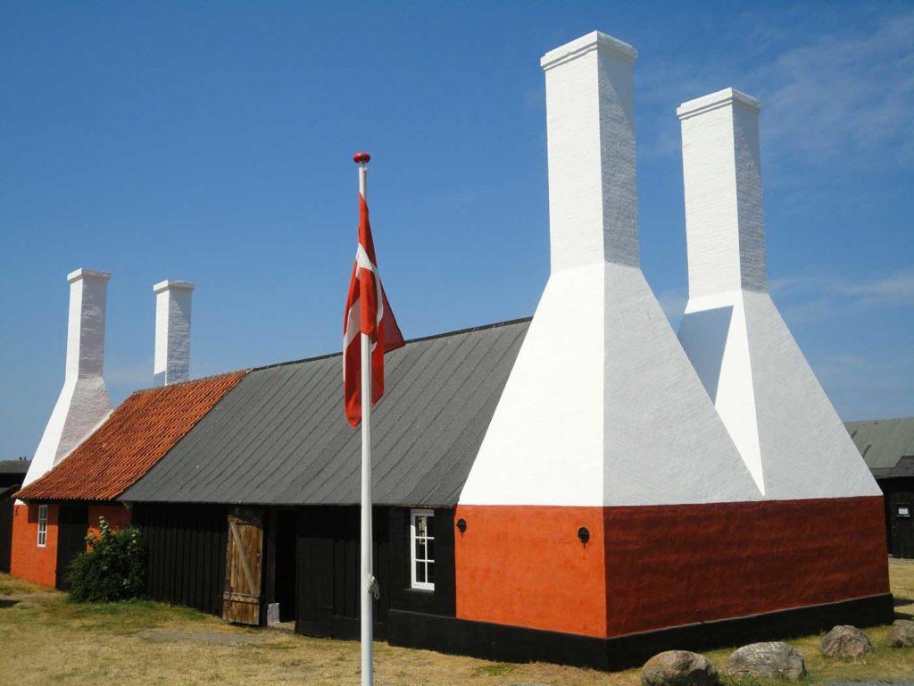 Wędzarnia śledzi na bornholm z charakterystyczymi kominami