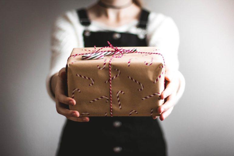 Kobieta wręczająca prezent.