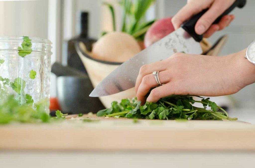 Szatkowanie ziół nożem