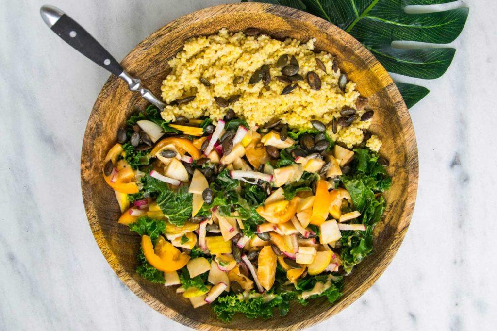 Zdrowe danie z kaszą jaglaną, pestkami dyni, jarmużem