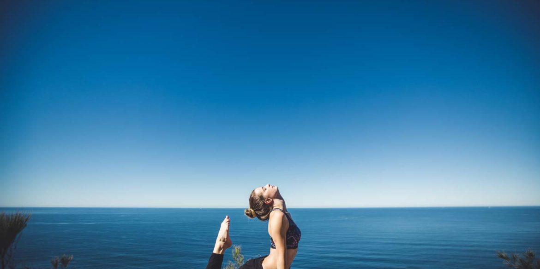 Kobieta ćwicząca jogę nad wodą