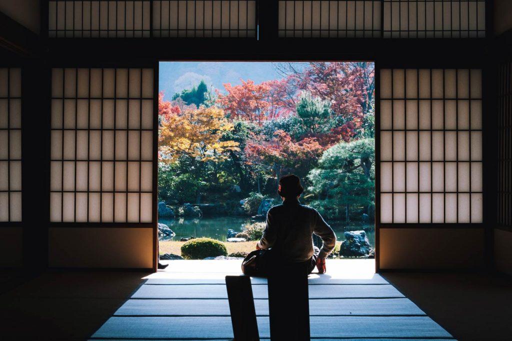 Japończyk spogląda na ogórd japoński