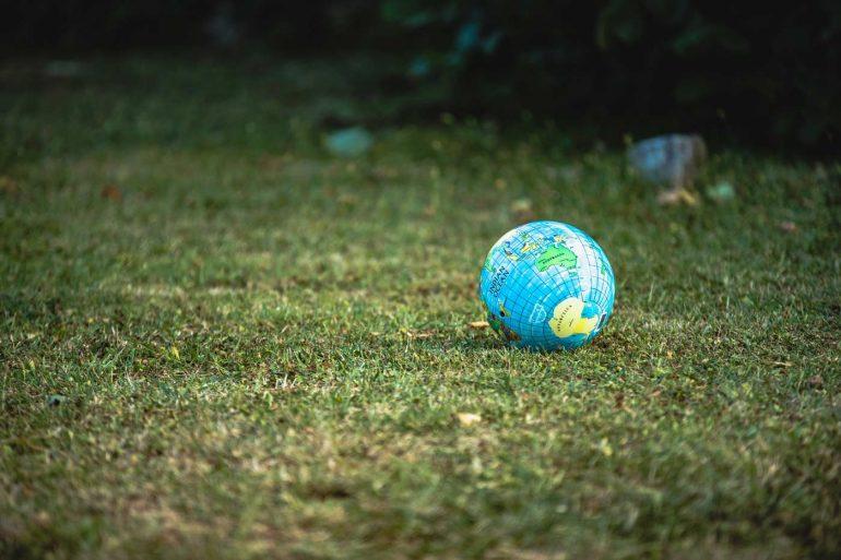 Globus rzucony na trawę