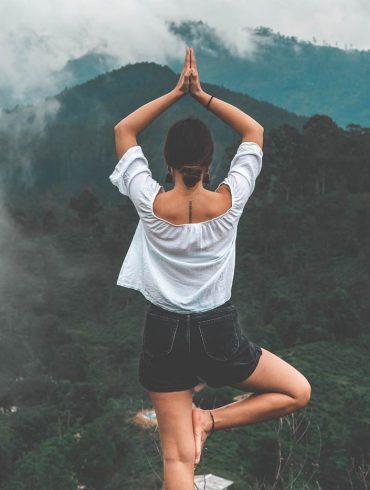 kobieta ćwiczy jogę.