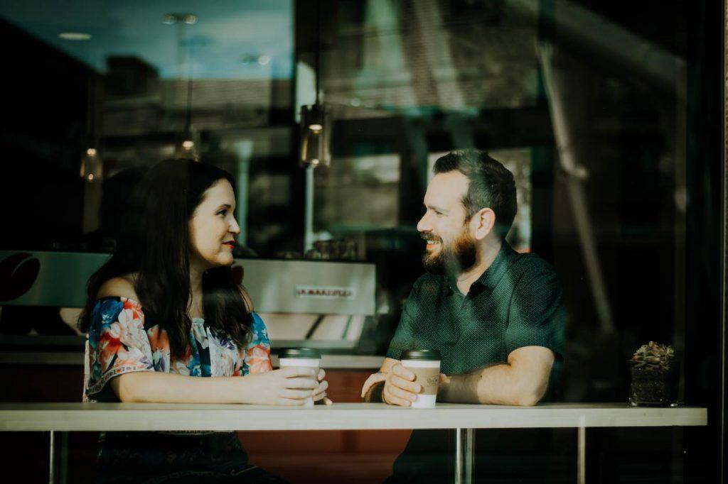 Rozmowa dwóch osób w kawiarni.