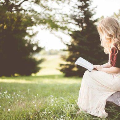 kobieta czyta książkę na łonie natury