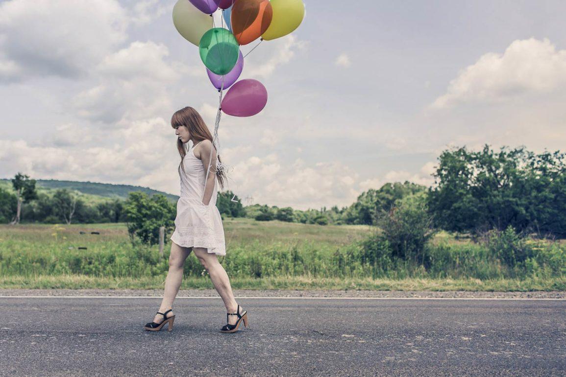 kobieta trzymająca balony