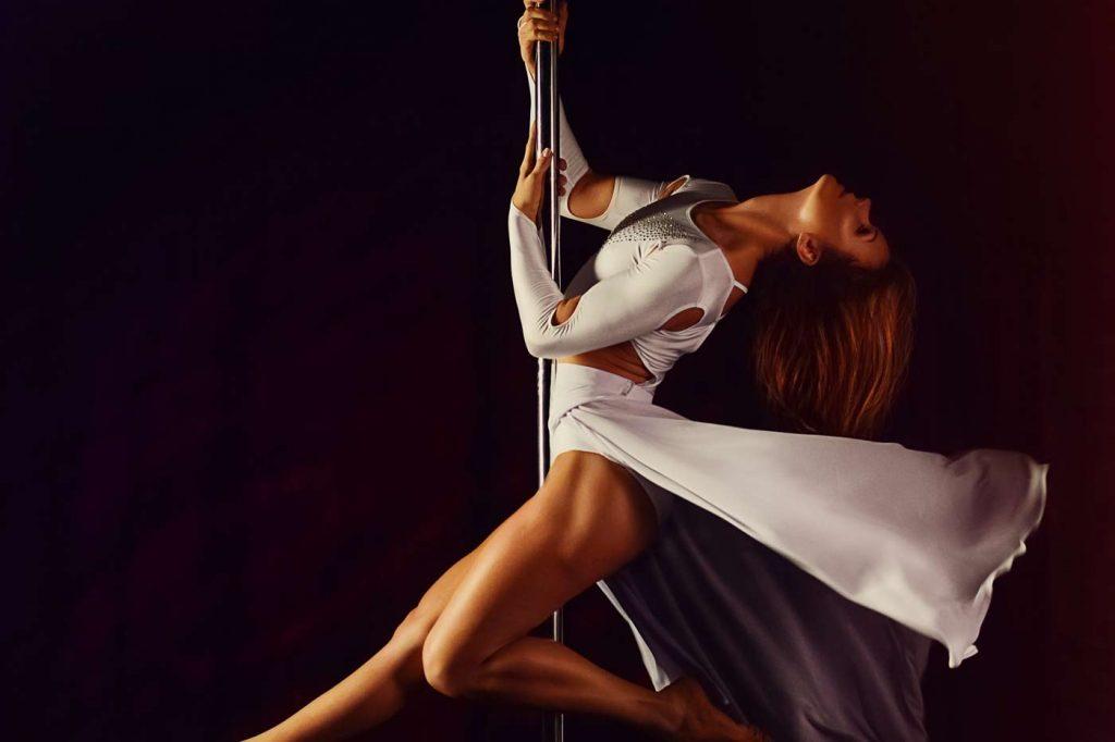 Kobieta tańcząca pole dance