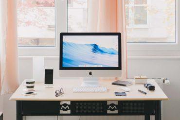 biurko z monitorem w domu, home office