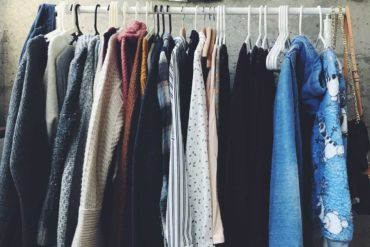 ubrania na wieszakach