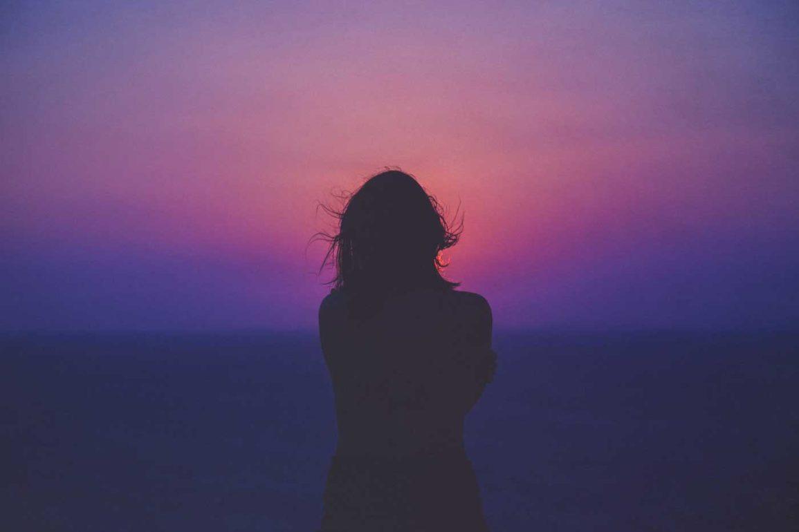 kobieta na tle fioletowego nieba