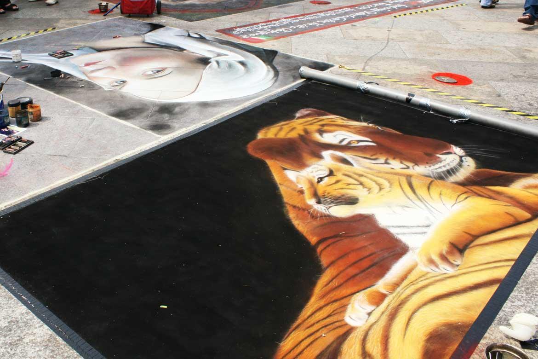 tygrys na czarnym tle namalowany piaskiem