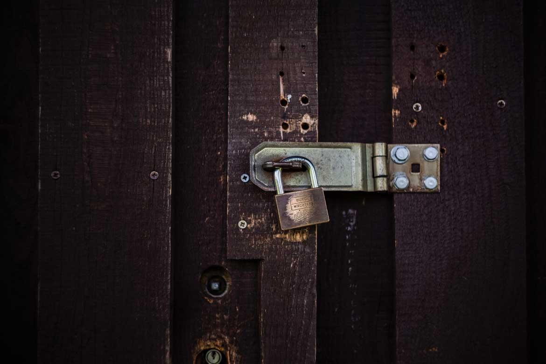 Drzwi zamknięte na kłódkę.