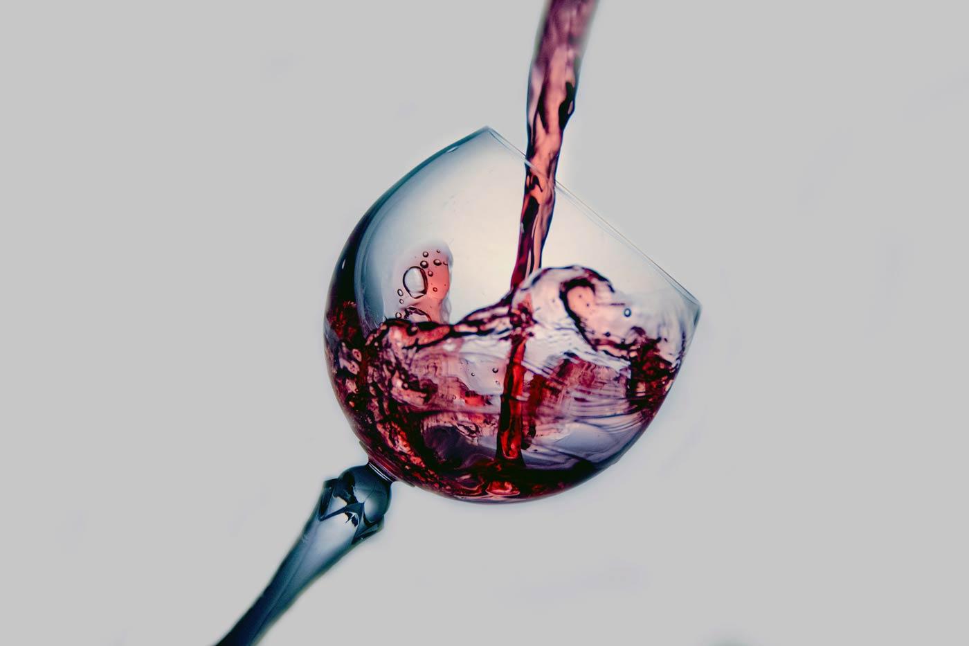 Kieliszek do którego nalewane jest wino