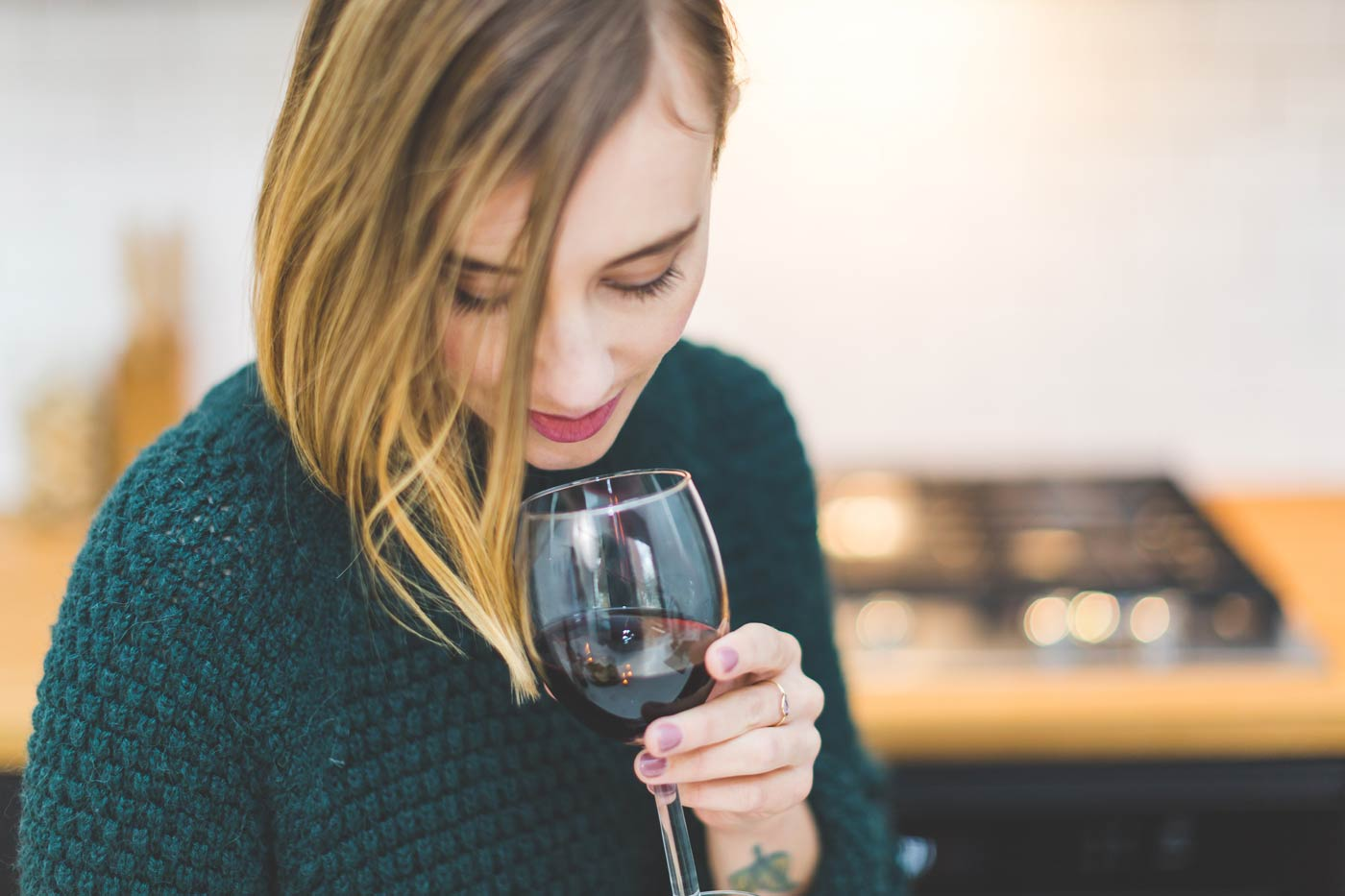 kobieta delektuje się zapachem wina