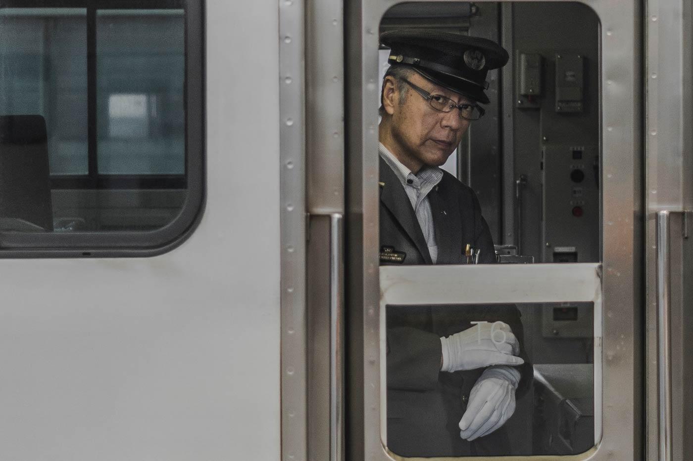 konduktor w białych rękawiczkach w japonii