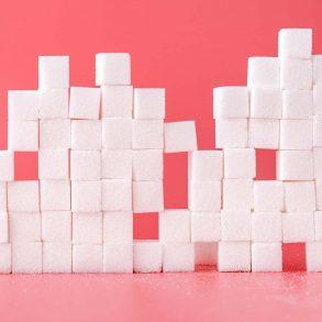 kostki cukru ułożone jedna na drugiej