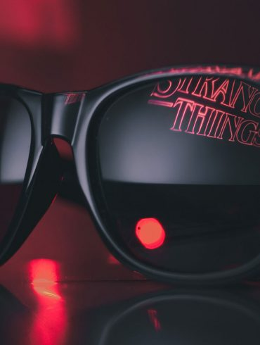 oklulary przeciwsłoneczne w których odbija się logo stranger things
