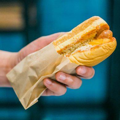 niezdrowa przekąska w postaci hot doga