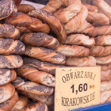 Krakowskie obwarzanki na wystawie sklepowej