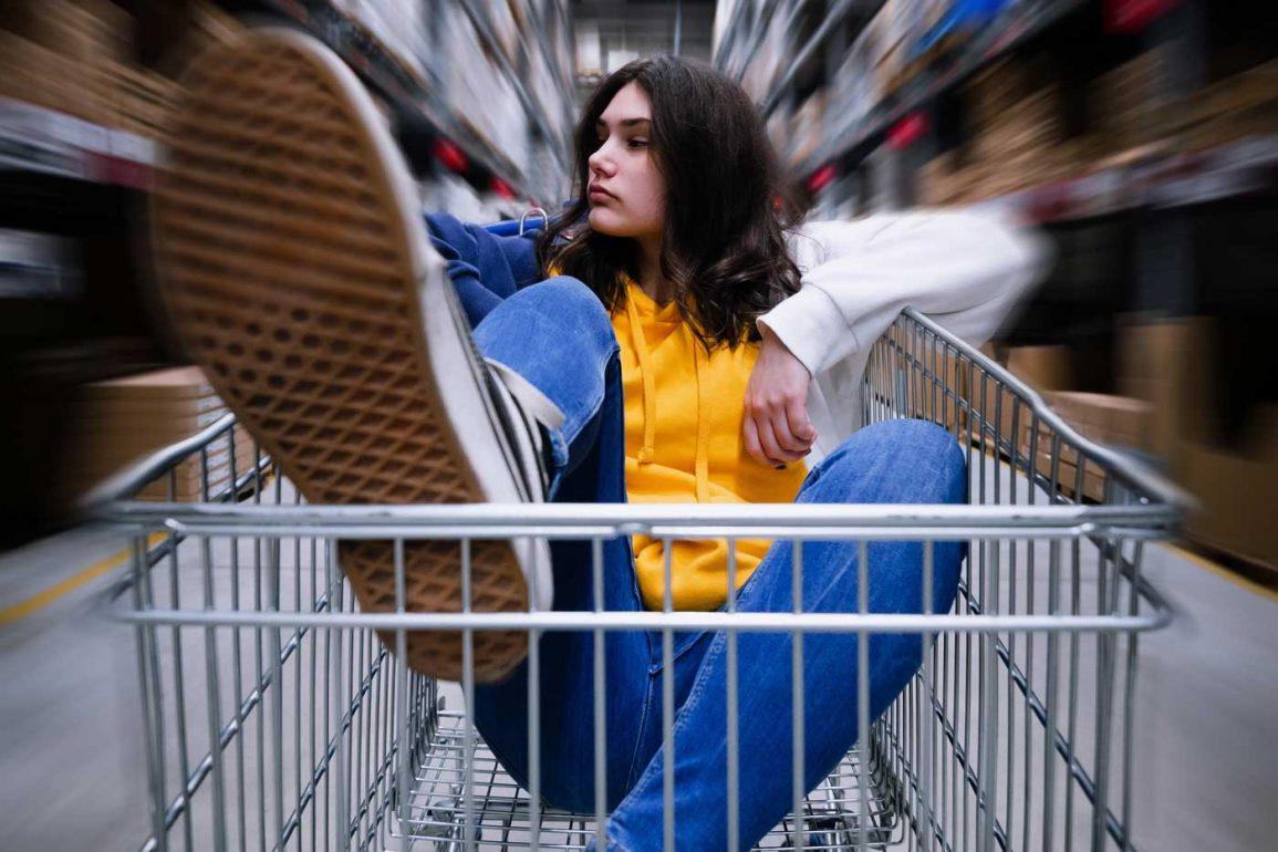 Szał zakupów, kobieta w wózku na zakupy