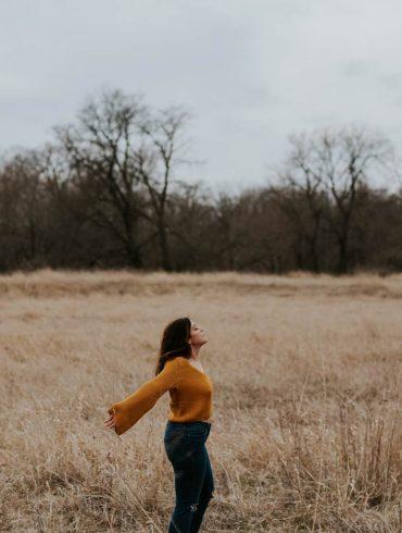 Zreklaksowana kobieta na powietrzu
