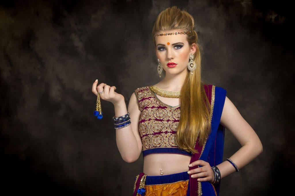 Kobieta stylizowana na bollywoodzką gwiazdę