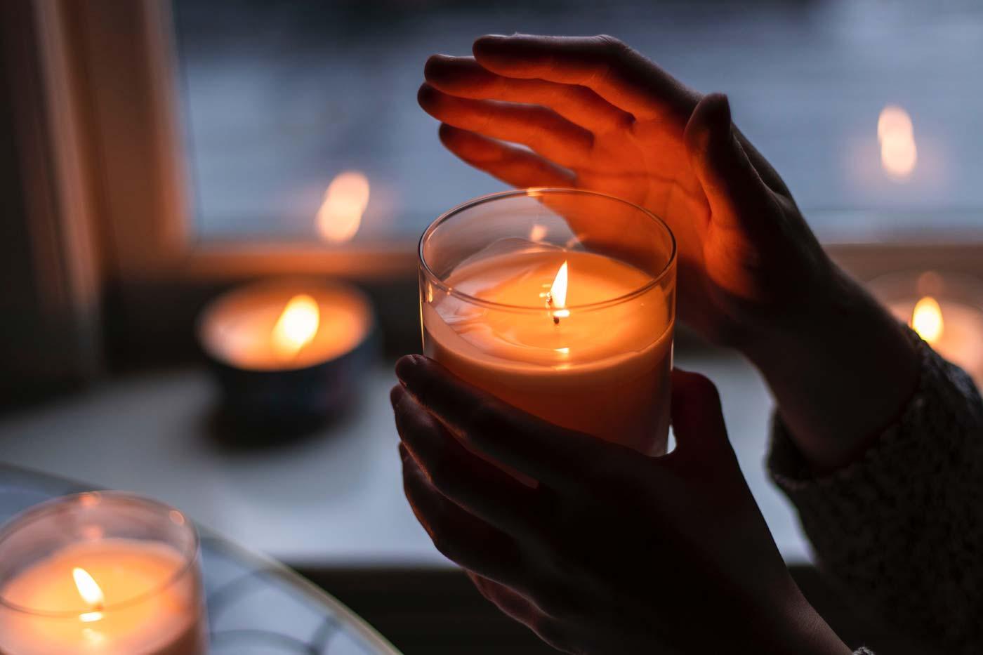 Zapalone świeczki rozstawione w mieszkaniu