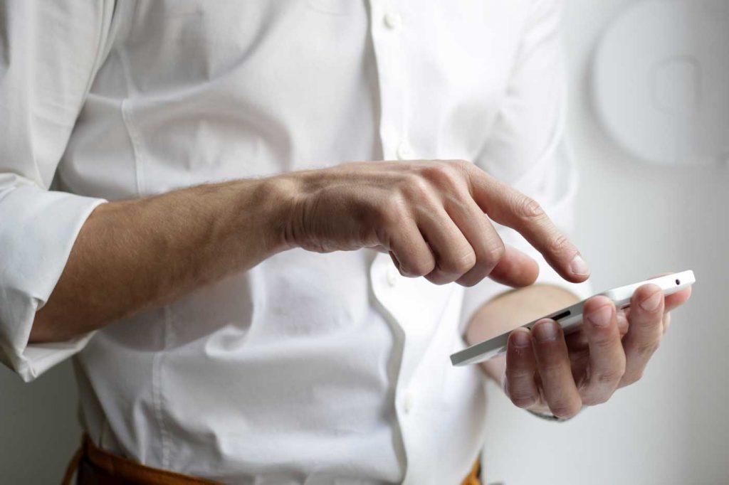 mężczyzna z telefonem komórkowym