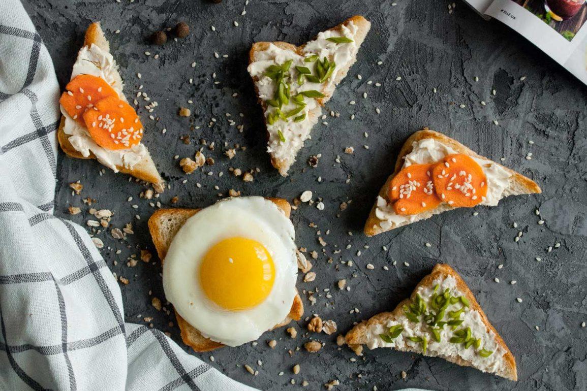Zdrowe kanapki z serkiem i warzywami ucięte w trójkąty