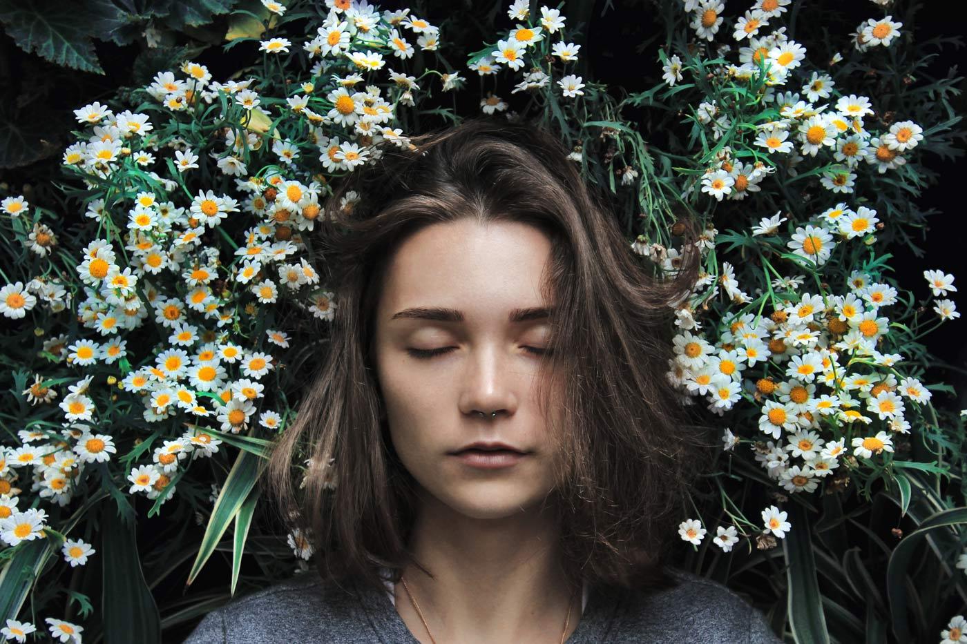 kobieta śpi w kwiatach