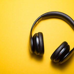 słuchawki nauszne na żótym tle